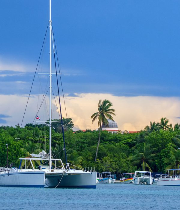 sailing-yachts-in-the-dock-on-island-of-saona-5S9AR6V-resize
